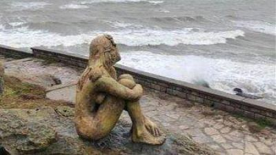 Sigue el misterio en torno a la escultura que colocaron en Playa Chica