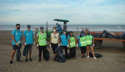 Reflexiones sobre una concejal que junta residuos con una cuadrilla en playas de San Clemente del Tuyú