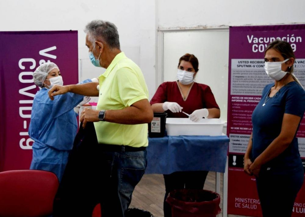 El gobernador recibió la segunda dosis de la vacuna contra el COVID-19