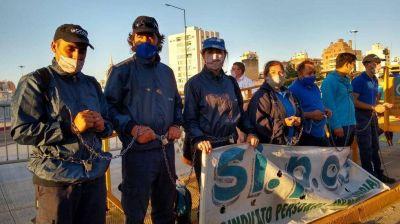 Trabajadores de la Coopi se encadenaron frente a la Legislatura provincial
