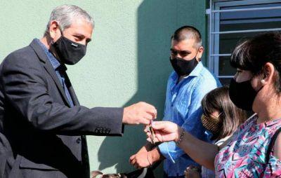 Ferraresi junto a Jaime Méndez entregaron viviendas en San Miguel