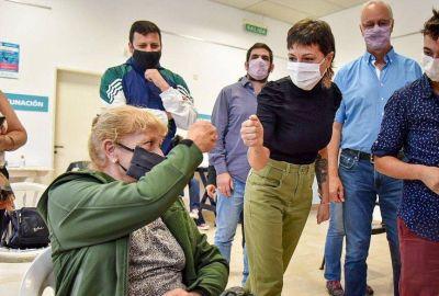 Mayra Mendoza y Daniel Gollán supervisaron la aplicación de vacunas contra el coronavirus a personal docente y auxiliares