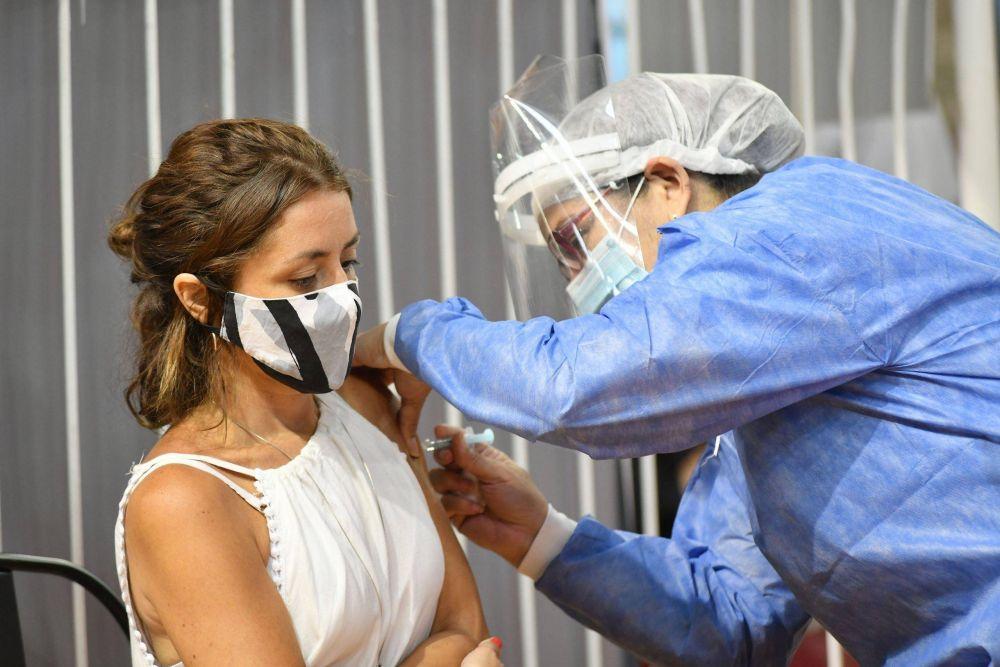 Vacunación round 2: un millón de dosis chinas, 450.000 docentes y una fuerte campaña para reconstruir la confianza