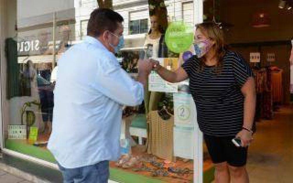 El Intendente Guillermo Montenegro repartió botones de alerta a los comerciantes de Mar del Plata