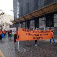 Trabajadores estatales reclamaron en el Municipio y aguardan una propuesta del Ejecutivo