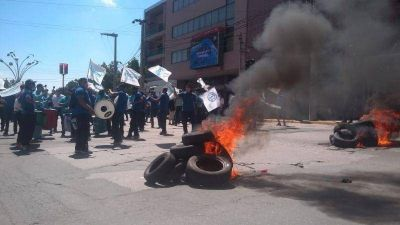 Trabajadores de la Coopi cortaron calles, quemaron gomas y protestaron frente al municipio