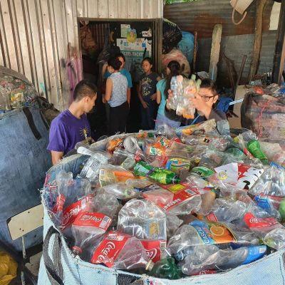 Reciclar en El Salvador: trabajo para unos, ganancias para otros