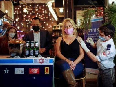 Un bar en Israel ofrece bebidas por vacunarse