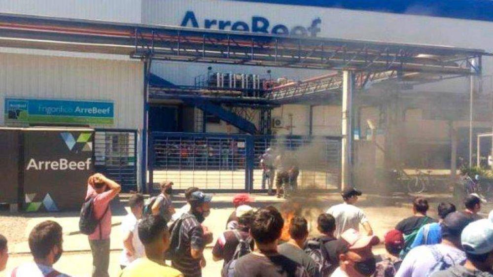 En medio de una interna del Sindicato de la Carne, cerró el frigorífico ArreBeef, echó 1.000 empleados y amenaza con no pagar indemnizaciones