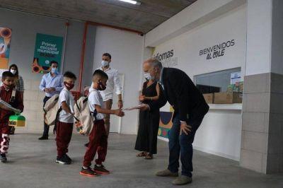 Grindetti supervisó los protocolos de inicio de clases en la nueva Escuela Municipal Bilingüe de Lanús