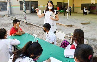Con sistema bimodal, hoy comienzan las clases en 13 provincias mientras en Zárate, la secundaria va contra reloj