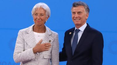 Mientras negocia un nuevo programa, el Gobierno le apunta al FMI por el préstamo a Macri
