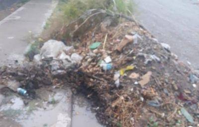 Vecinos del barrio Villa Rita, enojados por la acumulación de basura en sus calles
