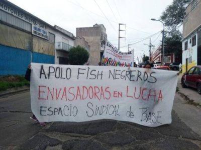Envasadores de Apolo Fish bloquean el acceso de camiones en un sector del Puerto