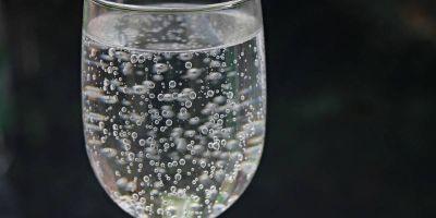Ciencia: ¿cuáles son las verdaderas diferencias entre el refresco y el agua mineral?