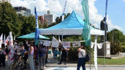#8M: Berni montó una carpa en Plaza Moreno y generó rechazos