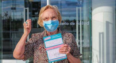 Cañuelas Marisa Fassi -reconoció a Elsa Alonso, la vacunada número un millón.