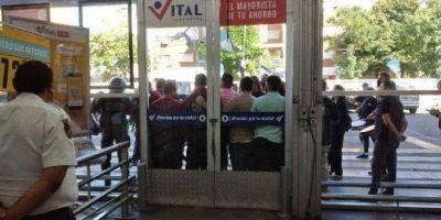 [VIDEO] Locura en el mayorista Vital: por protesta gremial, la empresa dejó encerrados a los clientes en el interior del local de Abasto