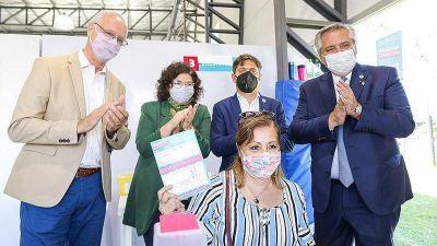 El presidente Alberto Fernández recorrió un vacunatorio y una escuela rural en Avellaneda