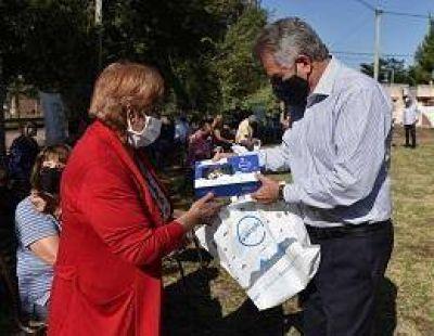 El intendente entregó tablets a personas adultas mayores de Vista Alegre