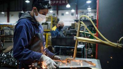 La producción industrial sigue mejorando poco a poco, según la UIA