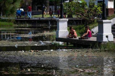 El lago del Parque Saavedra, dominado por los residuos