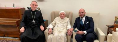 Benedicto XVI reaparece sonriente a menos de un de cumplir 94 años