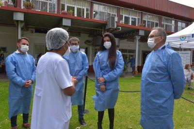 Descalzo y Volnovich visitaron el operativo de vacunación realizado en la residencia Nuestra Señora de Belén