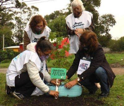 Plantan árboles en plazas de Mar del Plata en memoria de los 30 mil detenidos desaparecidos