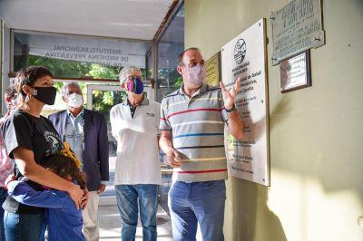 Día de la Memoria: Mayra Mendoza bajó una placa del ex intendente Julio Cassanello en el Dispensario de Quilmes