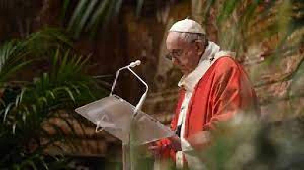 """Papa Francisco sugiere imitar a la Virgen María en el """"Vía Crucis cotidiano"""""""