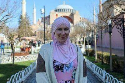 Rosalie abrazó el Islam y lo cuenta desde Turquía