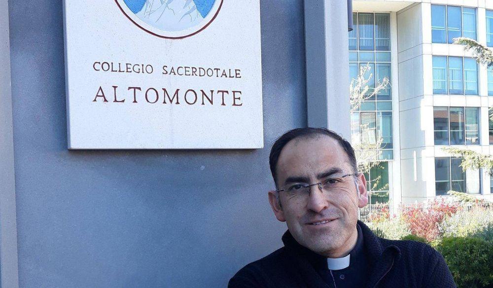 """Risas entre un sacerdote chileno y el Papa: """"Padre Jorge soy chileno"""". Respuesta: """"¡Y yo que culpa tengo!"""""""