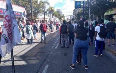 Docentes de Tigre cortaron la avenida Cazón en reclamo de mayor seguridad ante el aumento de contagios