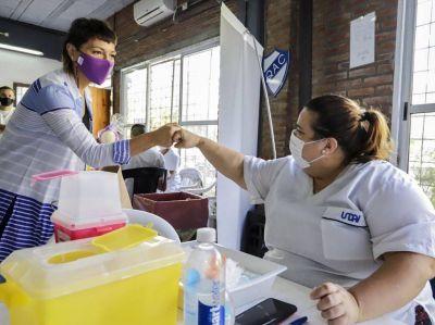 Mayra Mendoza en jornada de vacunación en el QAC llamó a la población a redoblar los cuidados