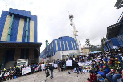 Gobierno reactiva fábrica de envases de vidrio de Chuquisaca y firma dos contratos de venta