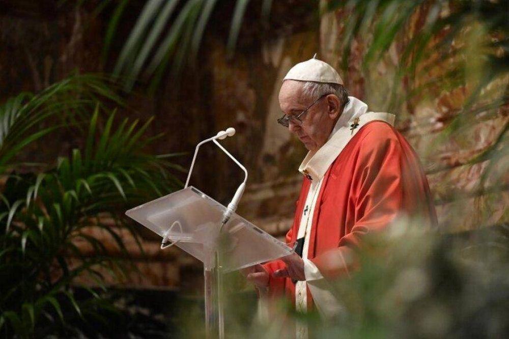 Jueves Santo: el polémico gesto del Papa con un cardenal apartado por corrupción