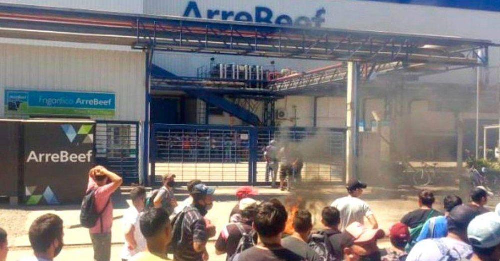Luego de 40 días cerrado, reabre Arrebeef con la interna sindical por saldar y dudas sobre la continuidad de los 60 operarios que encabezaron las tomas