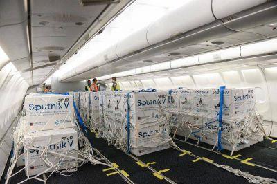 En once vuelos a Moscú, el Gobierno trajo un promedio de 400 mil dosis de la Sputnik V: los motivos y cuánto cuesta cada viaje