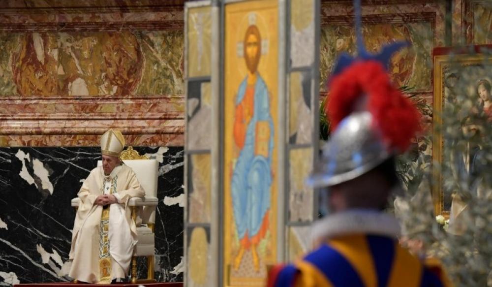 Francisco rescata un rito tradicional en la misa del Domingo de Pascua