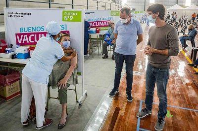 En Pascua, el intendente Andreotti acompañó el comienzo de la vacunación en el nuevo microestadio