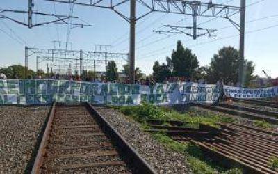 Caos por dos cortes de vías de trabajadores despedidos del Tren Roca en Florencio Varela y Avellaneda