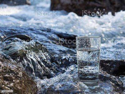 Cómo elegir bien el agua que bebemos: un sencillo gesto que nos ayuda a estar mejor