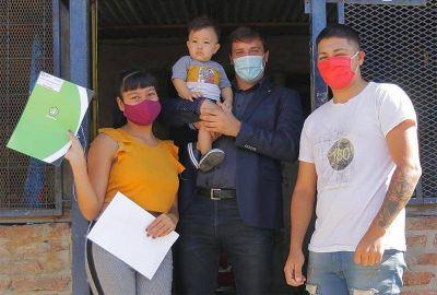 Alejo Chornobroff entregó nuevos Documentos Únicos de Ampliación de Derechos en el barrio Honor y Dignidad