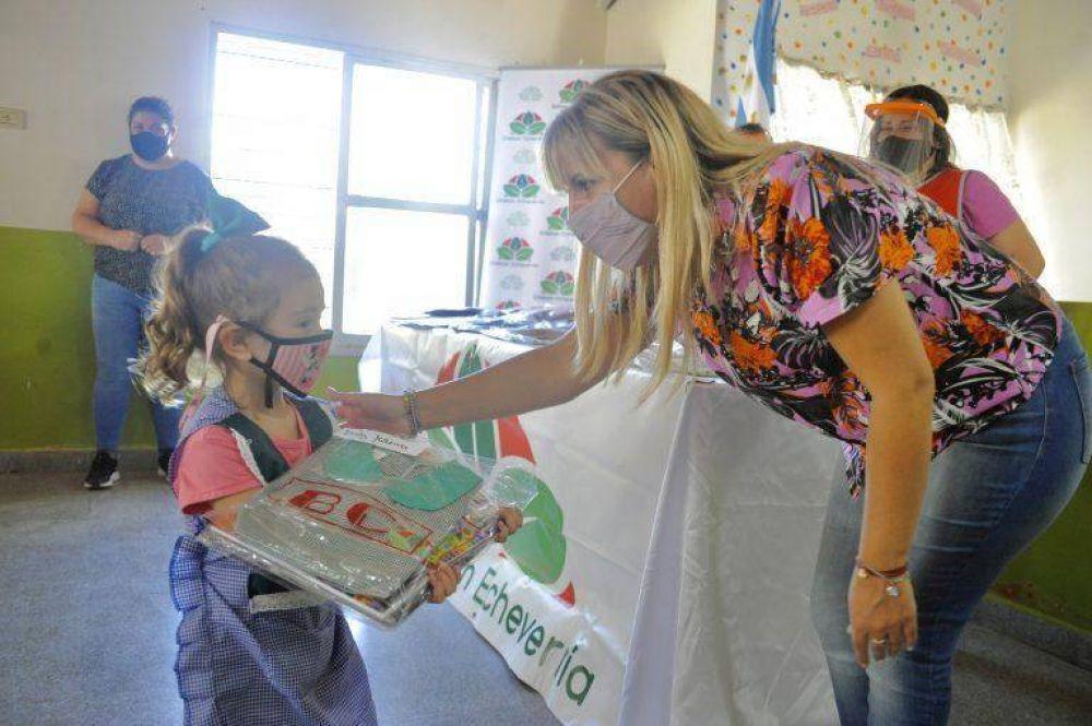 Entregaron kits escolares a los alumnos de Esteban Echeverría