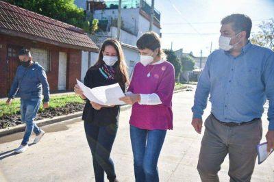 Mayra supervisó el avance de los nuevos asfaltos del Barrio Kolynos