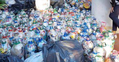 Juntan casi 3 mil botellas de plástico para reciclar