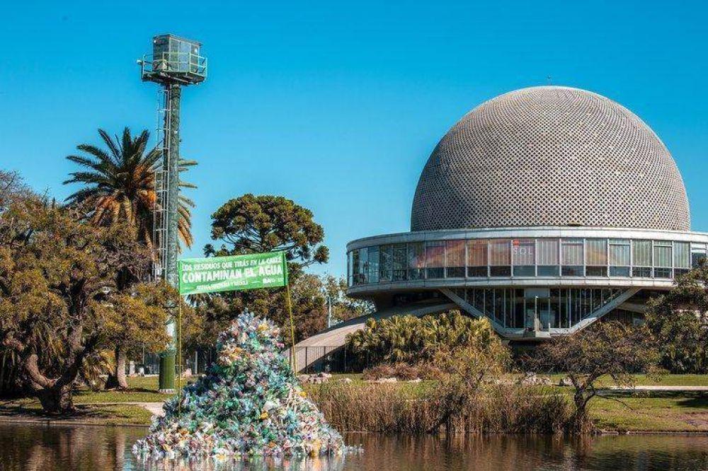 Una isla de plástico flotante frente al Planetario alerta sobre el peligro de los residuos en la Ciudad