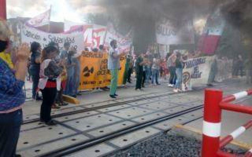 En medio de la segunda ola, trabajadores del Hospital Larcade de San Miguel cortan las vías del Tren San Martín