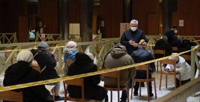 El Papa regala 600 vacunas y una sorpresa a los sintecho por su santo